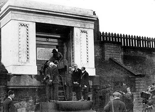Huskisson_memorial_1913.jpg